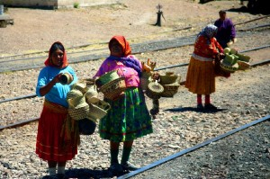 Tarahumaras vendiendo cestas